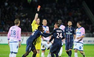 Près comme jamais de son 3e titre de champion de France après sa courte victoire 1-0 à Evian, le Paris SG, dans le sillage de discussions délicates en coulisses, a montré un visage bien nerveux en finissant à neuf dimanche avant de provoquer une bagarre générale.