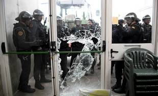 La police est entrée de force dans certains bureaux de vote catalan.