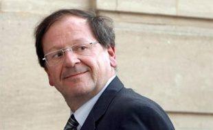 Le secrétaire d'Etat au Commerce, Hervé Novelli, a détaillé lundi le nouveau dispositif de l'auto-entrepreneur, qui permettra à partir du 1er janvier 2009 aux salariés, chômeurs, retraités ou étudiants de développer une activité complémentaire pour augmenter leurs revenus.
