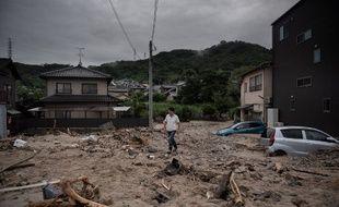 Un homme marche dans une rue dévastée de Saka, dans la province d'Hiroshima, le 8 juillet 2018.