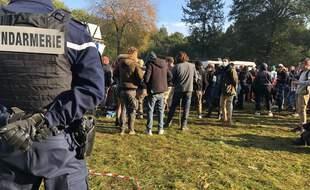 Des gendarmes, lors d'une rave party qui s'est déroulée à Guignen, au sud de Rennes., en octobre 2020