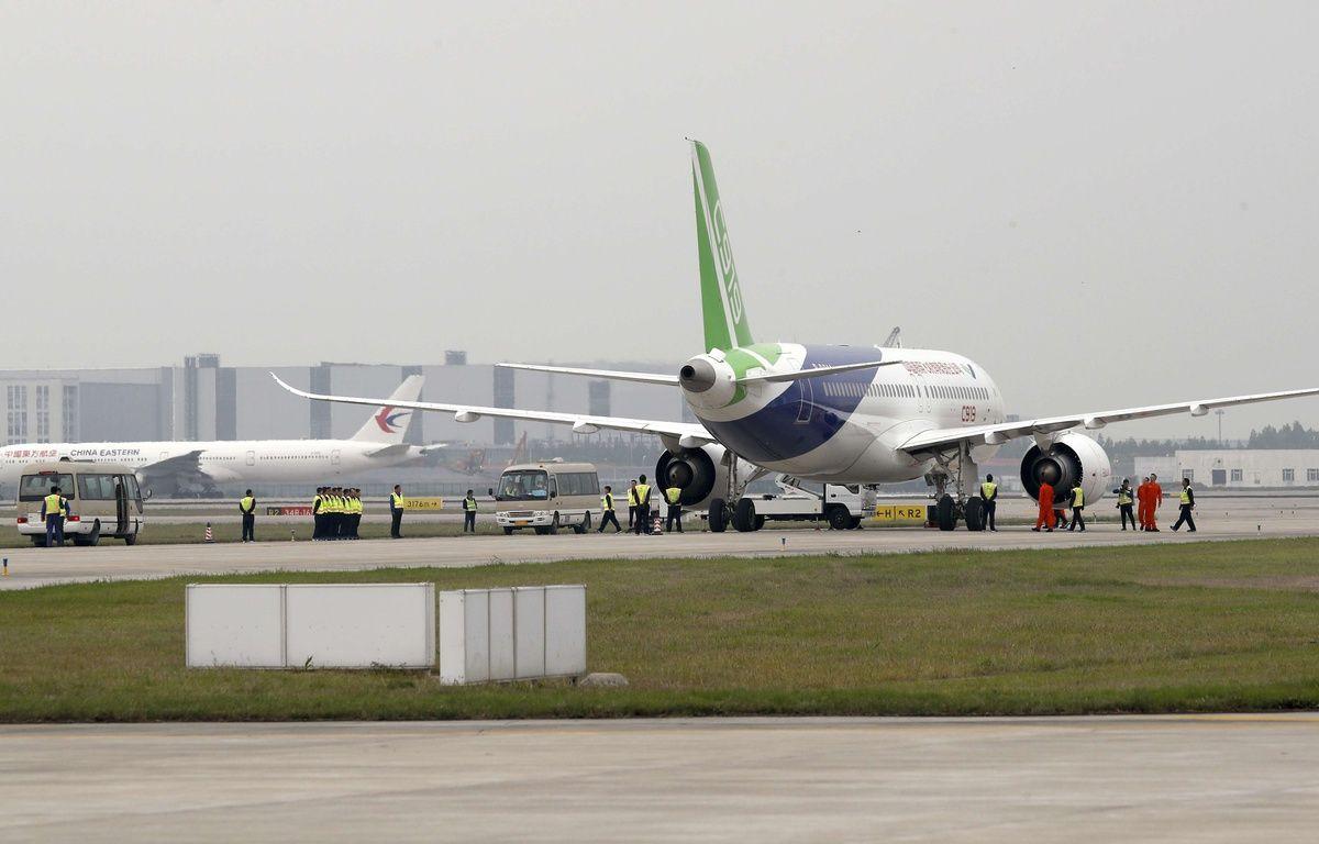 Un C919 s'apprête à décoller de Shanghai, le 5 mai 2017.  – Andy Wong/AP/SIPA