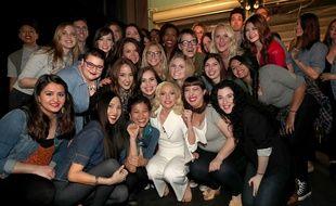 Lady Gaga pose avec des victimes d'agressions sexuelles dans les coulisses de la cérémonie des Oscars, le 28 février 2016.