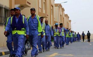 Des travailleurs immigrés sur le chantier de construction du stade de football d'al-Wakrah, l'un des sites retenus pour le Mondial 2022, le 4 mai 2015.