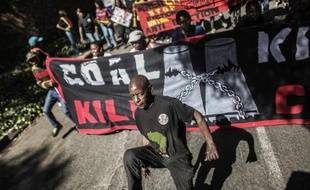 Des manifestants critiquent l'entreprise française Engie (ex GDF Suez) qui utilise du charbon en Afrique du Sud, le 15 mai 2015 à Johannesbourg