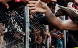 Distribution de nourriture à des migrants le 5 avril 2016 dans le camp d'Idomeni à la frontière de la Grèce et de la Madécoine