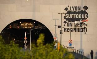 Greenpeace Lyon a réalisé un graff géant ce 24 mars 2019 à l'entrée du tunnel de la Croix-Rousse.