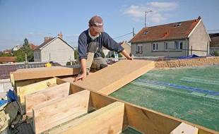 Isolation du toit d'une maison a l'aide de panneaux en fibres de bois.