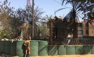 Devant le bâtiment de l'état-major des forces armées, le jour de l'attentat à Ouagadougou le 3 mars 2018.