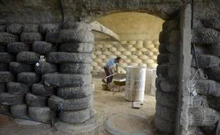 Un homme construit une maison en pneus à Choachi le 16 mars 2015