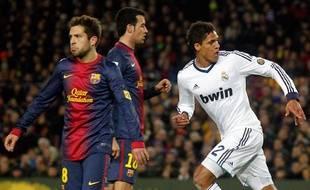 Le défenseur du Real Madrid Raphaël Varane célèbre son but contre le FC Barcelone le 26 février 2013.