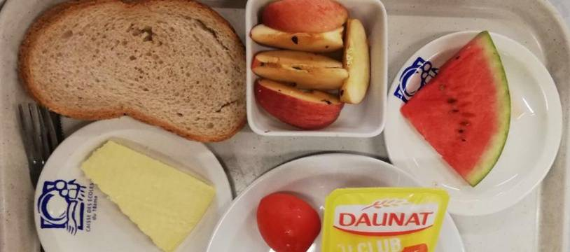 """Un repas de type """"pique-nique"""", selon la mairie, a été servi dans les écoles du XVIIIe arrondissement de Paris."""