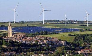 Des éoliennes et un parc solaire près du village d'Avignonet-Lauragais, situé au sud-est de Toulouse dans la région Midi-Pyrénées. (Photo illustration).