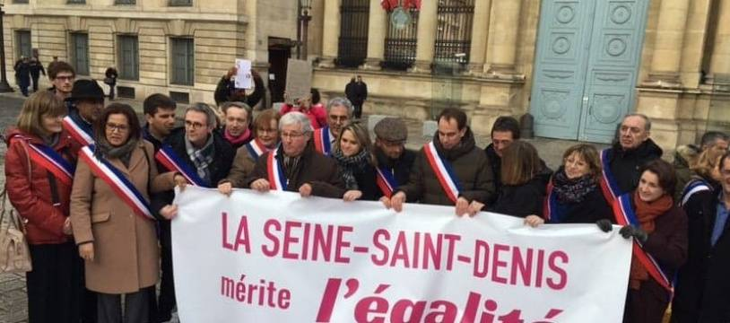 Les élus du département de Seine-Saint-Denis réclament l'égalité pour leur territoire à coups de faux billets de banque.
