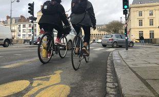 Illustration de cyclistes circulant sur une piste cyclable ici à Rennes en février 2021. Un feu d'anticipation a été installé sur ce carrefour.