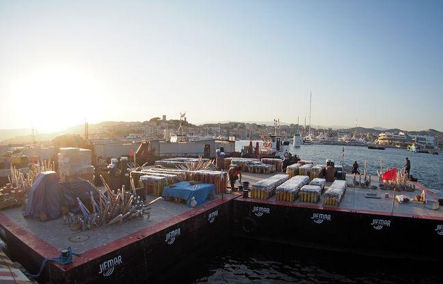 Les barges sont mises à quai pour l'installation avant d'être immergées face à la Croisette