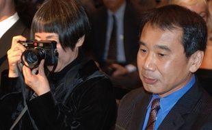 L'auteur japonais Haruki Murakami et sa femme à Prague, en 2006.
