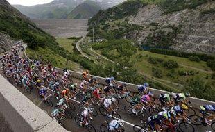 Le peloton du Tour de France, le 19 juillet 2013, lors de la 19e étape entre Bourg-D'Oisans et Le Grand-Bornand.