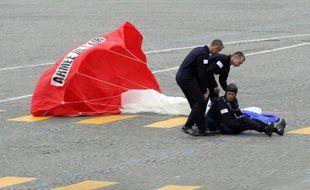 François Hollande s'est entretenu au téléphone lundi après-midi avec le parachutiste blessé samedi à la clôture du défilé militaire du 14 juillet, a-t-on appris auprès du ministère des sports.