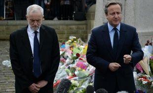 Le Premier ministre britannique David Cameron et le leader du parti travailliste Jeremy Corbyn (g) rendent hommage à Jo Cox, à Birstall, le 17 juin 2016