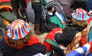 Badauds attendant le mariage royal dans des tentes, devant l'abbaye de Westminster, le 28 avril 2011, à Londres