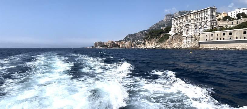 Dans le sillage d'un bateau, au large de la Principauté de Monaco