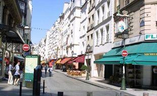 """L'ouverture dominicale des magasins s'est invitée dans la campagne présidentielle vendredi, Nicolas Sarkozy promettant d'en assouplir les conditions s'il est réélu, tandis que François Hollande prône un """"équilibre"""" par la négociation salariés-commerçants"""