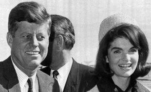John F. Kennedy et sa femme Jacqueline (Jackie) à leur arrivée à l'aéroport de Dallas le 22 novembre 1963, jour où le président fut assassiné.