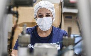Une femme dans une usine (image d'illustration).