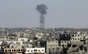 De la fumée s'échappe de bâtiments à Rafah (sud de la bande de Gaza) le 19 août 2014, suite à des raids israéliens après des tirs de roquettes de Gaza