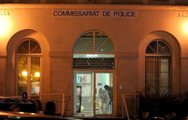 Des membres de la police scientifique recueillent des éléments le 20 décembre 2014 au commissariat de Joué-les-Tours