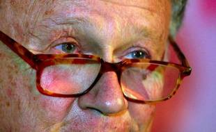 Gros plan sur le visage de Philippe Bouvard, le 29 janvier 2001 à Paris
