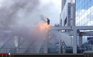 Un homme s'immole par le feu devant la gare de Shinjuku à Tokyo, le 29 juin 2014.
