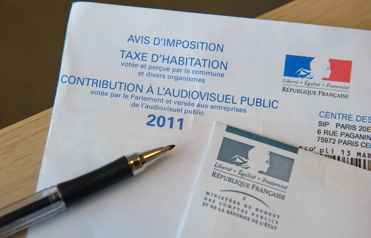 Paris le 23 novembre 2011. Illustration sur la taxe d'habitation et la redevance audiovisuelle. FRANCE - 2011. Stylo. Enveloppe. – A. GELEBART / 20 MINUTES