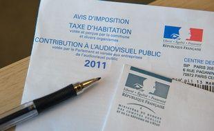 Paris le 23 novembre 2011. Illustration sur la taxe d'habitation et la redevance audiovisuelle. FRANCE - 2011. Stylo. Enveloppe.