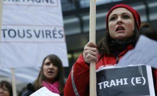 Les employés du laboratoire Servier manifestent contre les suppressions le 2 février 2016 à Suresnes