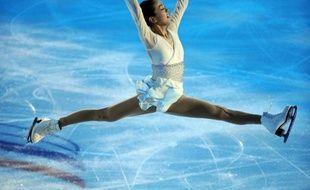 La Japonaise Mao Asada, double championne du monde en 2008 et 2010, a déclaré jeudi forfait pour la finale du Grand Prix de la Fédération internationale de patinage (ISU), où elle devait patiner vendredi à Québec, pour rejoindre sa mère, gravement malade, a annoncé sa Fédération nationale.
