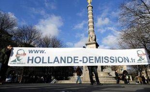 Le leader d'un mouvement appelant au départ de François Hollande, David Van Hemelryck, a été interpellé dimanche au départ d'une manifestation à Paris alors qu'il gonflait un petit dirigeable, car sa forme évoquait une quenelle, a-t-on appris de source policière.