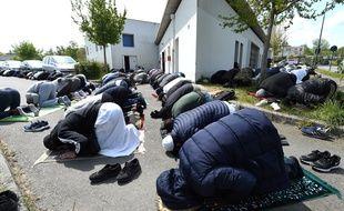 Les fidèles ont pu prier vendredi après l'effacement de plusieurs messages à caractère raciste inscrits sur le centre culturel musulman Avicenne à Rennes.