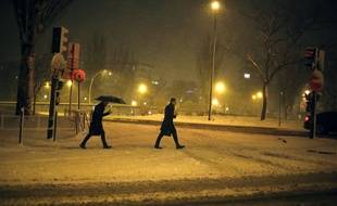 Deux hommes marchent dans la neige à Paris, le 6 février 2018.