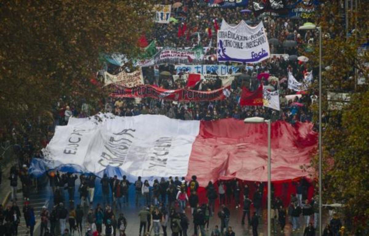 Des dizaines de milliers d'étudiants sont à nouveau descendus dans les rues de Santiago jeudi pour réclamer une profonde réforme du système éducatif, considéré comme injuste et de mauvaise qualité, formant la plus grosse manifestation de l'année sur ce thème. – Martin Bernetti afp.com