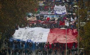 Des dizaines de milliers d'étudiants sont à nouveau descendus dans les rues de Santiago jeudi pour réclamer une profonde réforme du système éducatif, considéré comme injuste et de mauvaise qualité, formant la plus grosse manifestation de l'année sur ce thème.