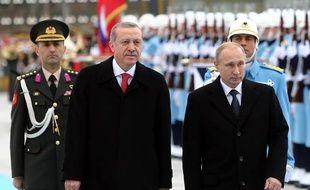 Les présidents turc et russe Tayyip Erdogan et Vladimir Poutine passent en revue la garde d'honneur au palais présidentiel à Ankara le 1er décembre 2014