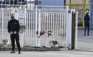 Un agent de sécurité se trouve devant l'entrée de la compagnie Faun, le 29 janvier à Guilherand-Granges (Ardèche), au lendemain de l'assassinat d'une DRH. PHILIPPE DESMAZES