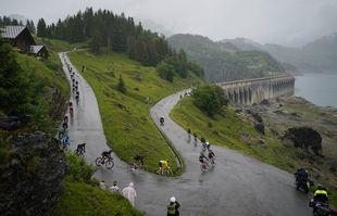 Le groupe avec le Slovène Tadej Pogacar, vêtu du maillot jaune de leader du classement général, se dirige vers le col du Cormet de Roselend lors de la neuvième étape du Tour de France, le 4juillet 2021.
