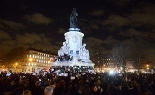 Les Parisiens réunis place de la République, en hommage aux victimes des attaques terroristes, le 7 janvier 2014 à Paris.