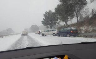 Un accident sur l'A9 le mercredi 28 février 2018, où le trafic est coupé en raison des chutes de neige