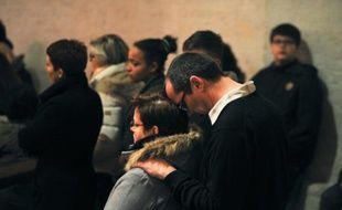 A Surgères, dans l'ouest de la France, le 12 février 2016, des gens assistent à une messe en hommage aux victimes d'un accident de car survenu la veille