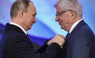 Vladimir Poutine remet l'Ordre de l'Amitié russe à Jean-Pierre Chevènement, le 4 novembre 2017.