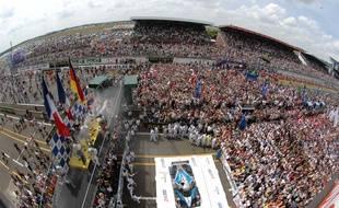 A l'arrivée, la foule envahit traditionnellement la piste pour assister au podium.